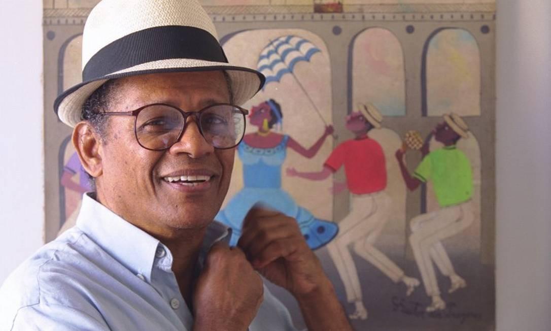 Elton Medeiros em frente ao quadro de Heitor dos Prazeres Foto: Ana Branco / Infoglobo