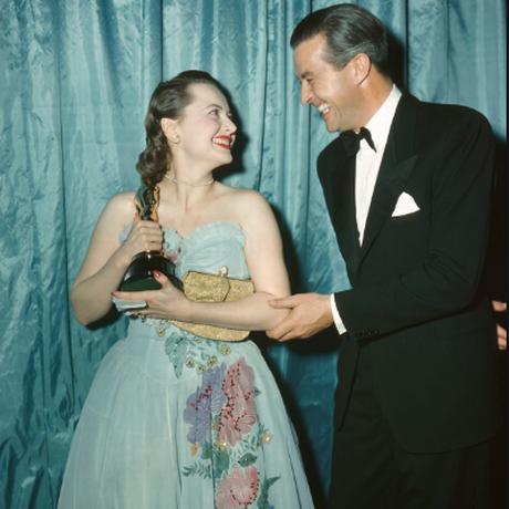 Nos Oscar de 1947, a atriz Olivia de Havilland e o Ator James Stewart. Ela usa vestido de Ann Lowe, estilista negra que também fez o vestido de casamento de Jacqueline Kennedy Foto: Reprodução