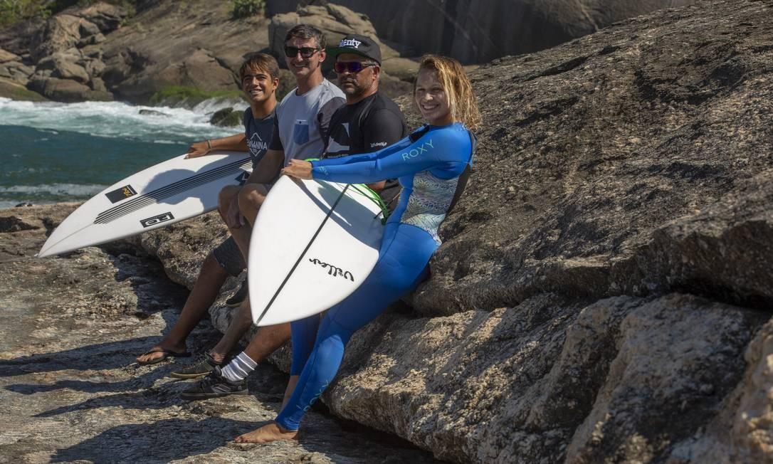 Surfistas da cidade aguardam a chegada do swell com o organizador do evento (de cinza) Foto: Bruno Kaiuca / Agência O Globo