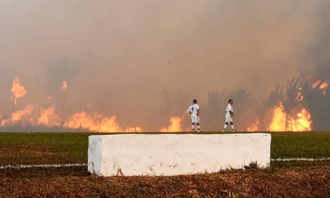 Incêndio florestal interrompe partida entre Atlético Acreano e Luverdense, em estádio em Rio Branco, no Acre Foto: ATLETICOACREANO1952 / ATLETICOACREANO1952 via REUTERS
