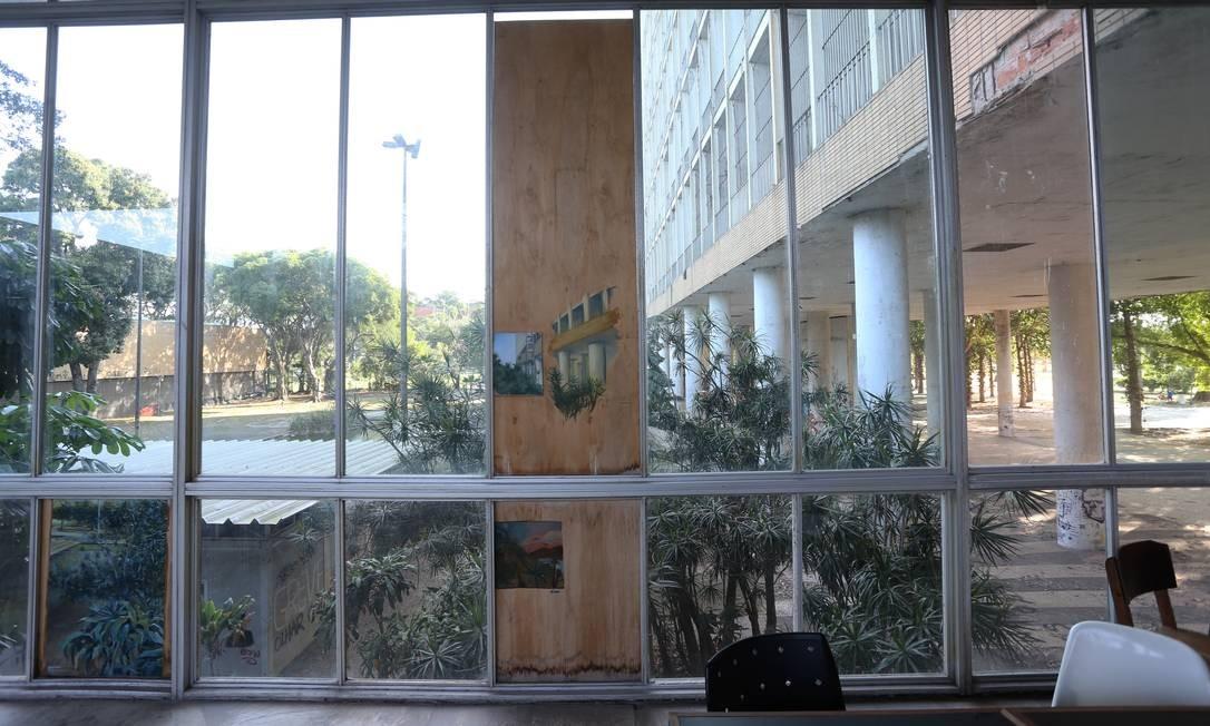 Prédio da Reitoria da UFRJ, na Ilha do Fundão; universidade anunciou corte de celulares, viagens e manutenção como forma de racionar seu orçamento deficitário Foto: Guilherme Pinto / Agência O Globo