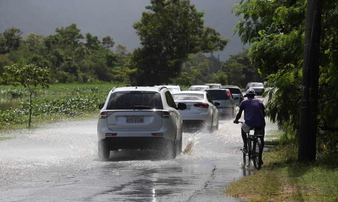 Uma das reclamações de motoristas e pedestres são os alagamentos na Estrada do Rio Morto Foto: Agência O Globo / Pedro Teixeira/10-4-2019