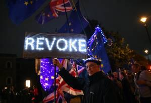 Um dos muitos manifestantes contra o Brexit aguarda resultado das votações desta quarta-feira do lado de fora do Parlamento Foto: DYLAN MARTINEZ / REUTERS