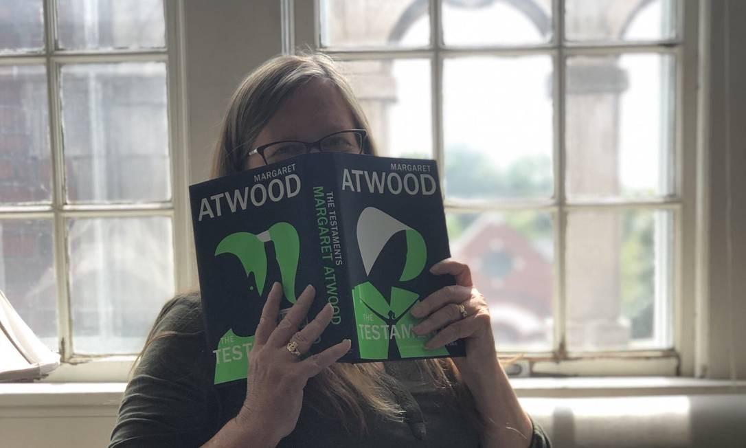Amy Cutlip publicou foto com o livro enviado para sua casa antes da data de lançamento Foto: Reprodução/Twitter