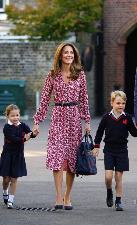 Ao lado do irmão mais velho, o príncipe George, e dos pais, o príncipe William e Kate Middleton, a princesa Charlotte foi à escola pela primeira vez nesta quinta-feira. Os cliques foram feitos em Londres Foto: WPA Pool / Getty Images