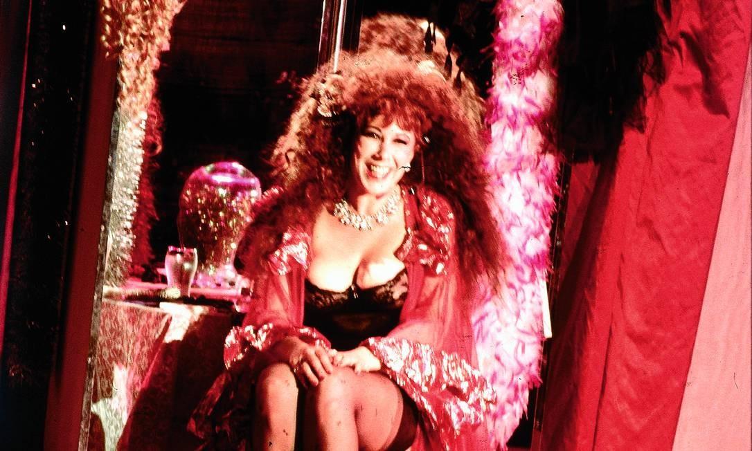 Annie Sprinkle em uma apresentação ao vivo no começo da década de 1990 e, abaixo, em clique recente Foto: Getty Images