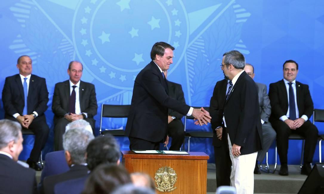 O presidente Jair Bolsonaro cumprimenta o ministro da Educação, Abraham Weintraub, em solenidade. Foto: Jorge William / Agência O Globo