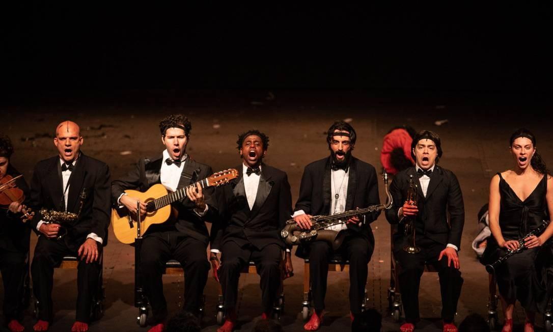 Todo o elenco canta e toca instrumentos em cena Foto: Divulgação/Elisa Mendes