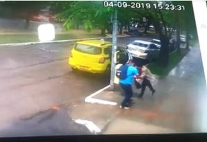 Vídeo mostra mulher sendo assaltada após sair de táxi Foto: Reprodução
