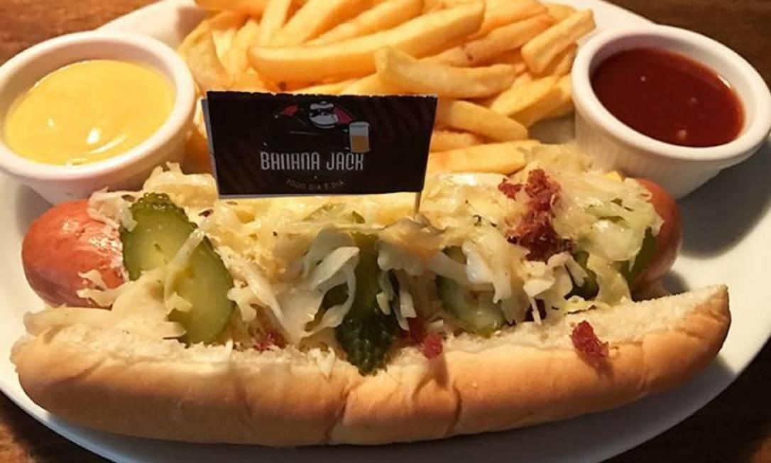 O Jack Dog do Banana Jack, é composto pela salsicha alemã gigante premium com um generoso queijo americano, picles, crisps de bacon e queijo parmesão ralado (R$ 22,90) Foto: Divulgação
