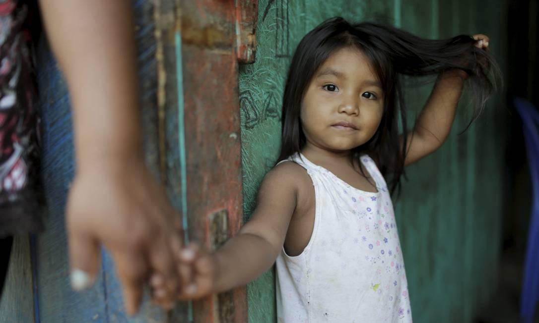 Menininha indígena na comunidade boliviana Mercedes Foto: Domingos Peixoto / Agência O Globo