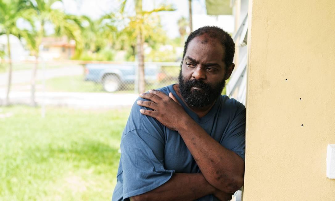Brent Lowe, do lado de fora da casa do irmão em Nassau, nas Bahamas. Ele enfrentou o furacão Dorian para salvar o filho, que tem paralisia cerebral Foto: FARRENO FERGUSON / NYT