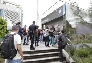 Estação Jardim Oceânico fechada por falta de luz Foto: Marcos Ramos / Agência O Globo