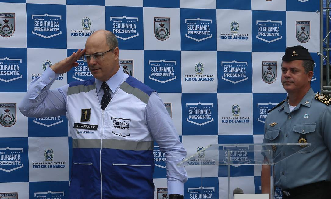 O governador Wilson Witzel (PSC) bate continência no lançamento do programa Segurança Presente em Laranjeiras Foto: Fabiano Rocha / Agência O Globo