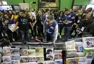 Funcionários da Secretaria de Ordem Pública da Prefeitura do Rio vistoriam livros na Bienal Foto: Gabriel Paiva / O Globo