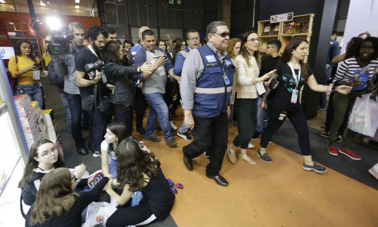 Os agentes chegaram ao estande da loja Comix por volta das 12h35. Foto: Gabriel Paiva / Gabriel Paiva