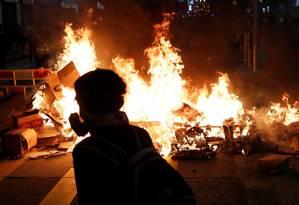 Manifestante caminha em frente a uma das barricadas em chamas durante os protestos em Hong Kong Foto: TYRONE SIU / REUTERS / 06-09-2019