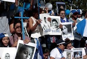 Exilados nicaraguenses vivendo na vizinha Costa Rica seguram fotografias de pessoas mortas ou presas na repressão aos protestos em seu país em dezembro do ano passado: abusos seguem impunes Foto: JUAN CARLOS ULATE / Juan Carlos Ulate/Reuters/16-12-2018