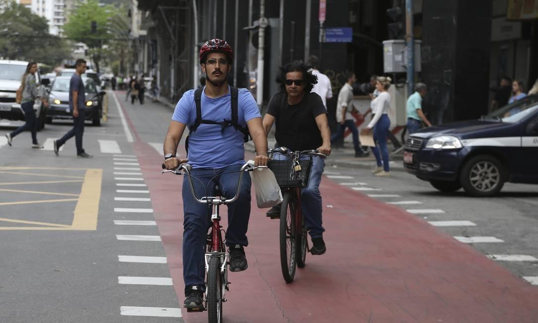 Ciclistas cruzam a Avenida Amaral Peixoto pela ciclovia: o Cnetro será um dos primeiros bairros a receber o serviço. Foto: Pedro Teixeira / Agência O Globo