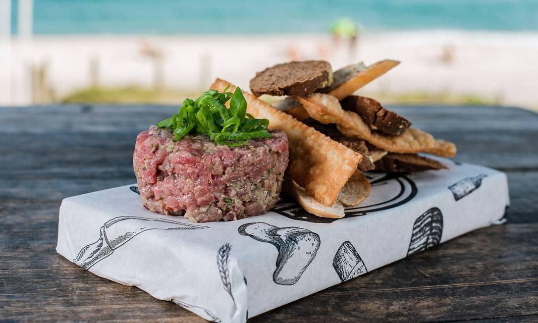 Receita de Steak Tartar, com mix de torradas, rende 1 porção Foto: Alex Woloch / Divulgação