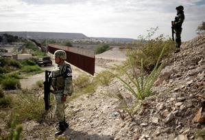 Soldados da Guarda Nacional do México vigiam a fronteira com os EUA na região do bairro de Anapra, na cidade mexicana de Ciudad Juarez: país mobilizou milhares de agentes de segurança na divisa como parte do acordo Foto: JOSE LUIS GONZALEZ/REUTERS/05-09-2019