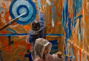 Ateliê embrulhado. Numa sala forrada com papel pardo, crianças e adultos exercem a criatividade Foto: Divulgação/Pedro Leal