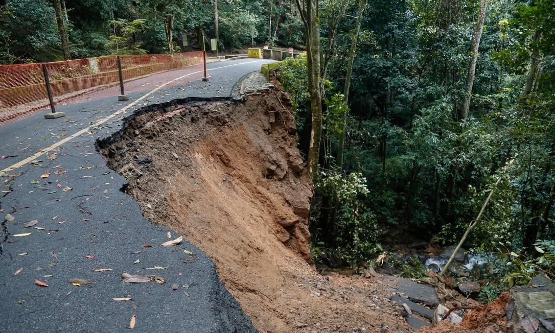 Afundamento de parte da pista em um trecho da Estrada Dona Castorina, no Alto da Boa Vista, interditou a via nos dois sentidos na manhã desta quinta-feira (6) Foto: Marcelo Regua / Agência O Globo