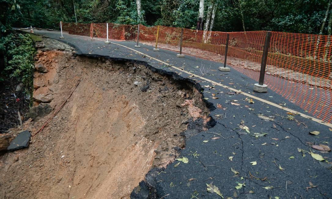 Afundamento de parte da pista em um trecho da Estrada Dona Castorina, no Alto da Boa Vista Foto: Marcelo Regua / Agência O Globo