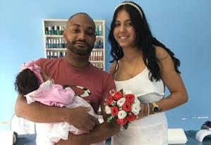 Larissa e Deiversom, com a filha de 4 meses no colo Foto: Arquivo pessoal