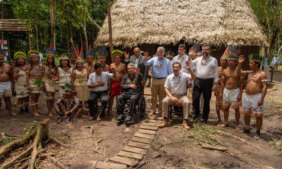Presidente da Colômbia, Iván Duque, posa com tribo indígena da cidade de Letícia, onde recebeu líderes regionais, como Evo Morales (presidente da Colômbia), Ernesto Araújo (ministro das Relações Exteriores brasileiro) e Lenín Moreno (presidente do Equador). Foto: REUTERS