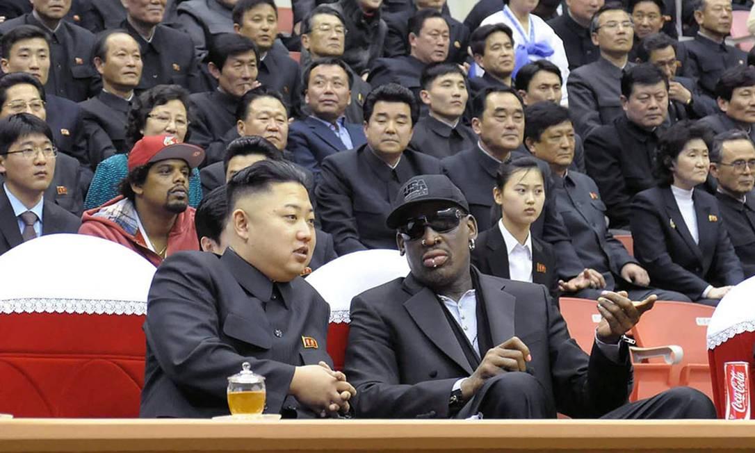 Líder norte-coreano Kim Jong-un ao lado do ex-jogador de basquete Dennis Rodman. Em 'O Grande Sucessor', o americano fala sobre as festas ao lado de Kim e como foi gentilmente convidado a sair de uma das mansões do governo Foto: AFP