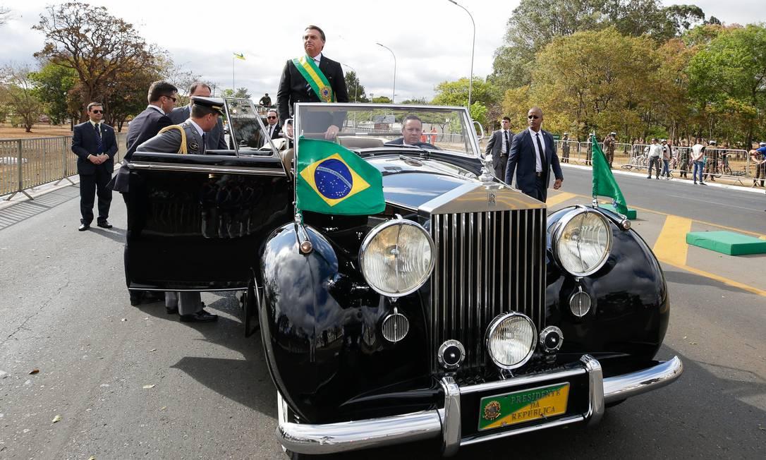 Bolsonaro abriu o desfile e depois se dirigiu ao palanque de honra, onde estão a primeira-dama Michelle Bolsonaro Foto: Isac Nóbrega / PR