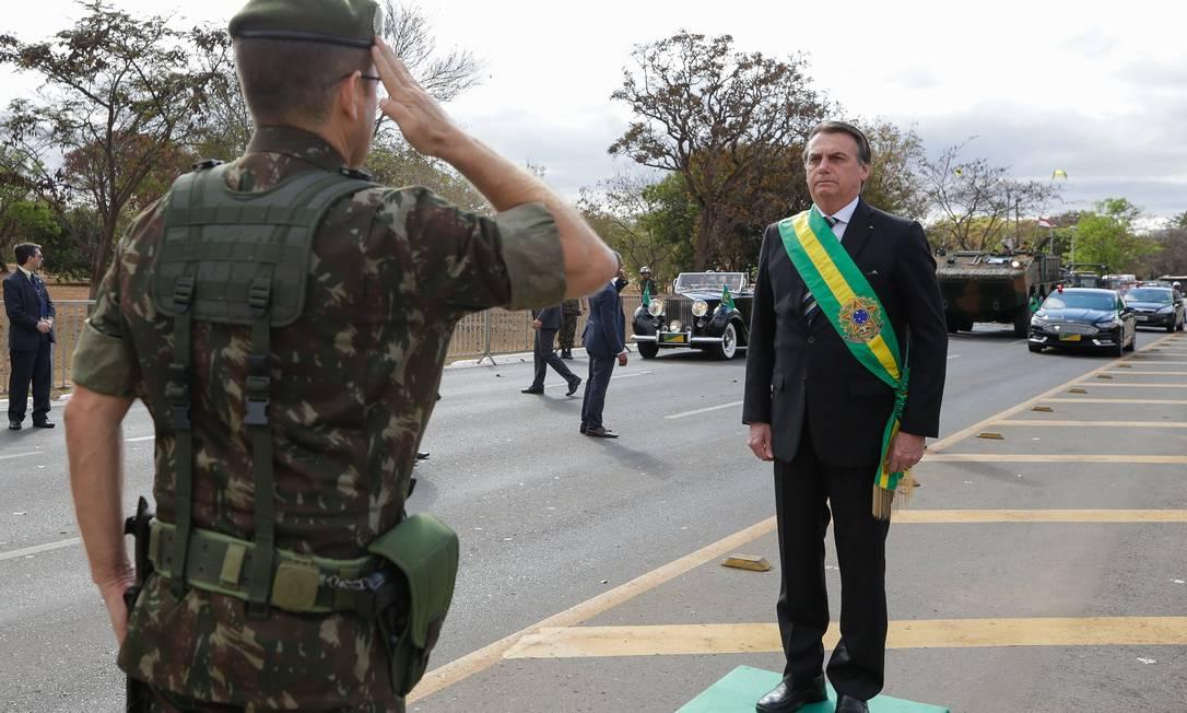Soldado do Exército presta continência ao presidente Jair Bolsonaro na abertura do desfile de 7 de Setembro Foto: Isac Nóbrega / PR