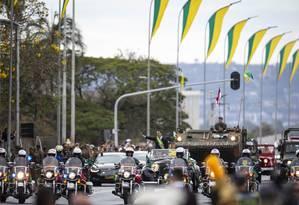 Cercado por batedores, o presidente Jair Bolsonaro acena para o público do desfile de 7 de Setembro Foto: Daniel Marenco / Agência O Globo