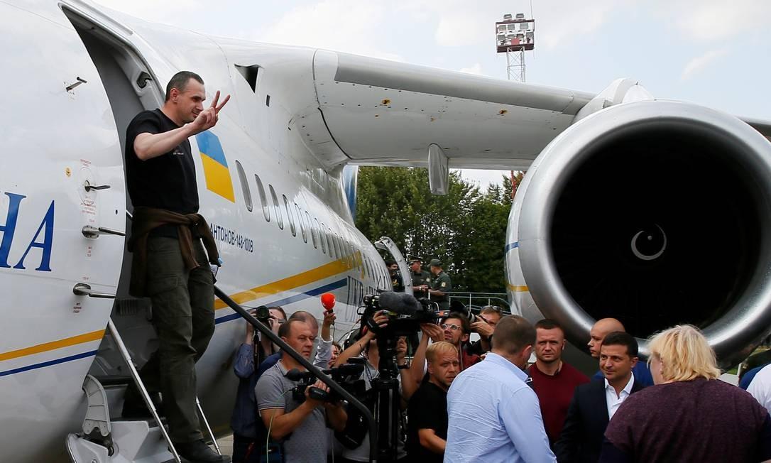 O cineasta ucranianoOlegSentsov chega em Kiev depois de uma troca de prisioneiros entre Rússia e Ucrânia Foto: Gleb Garanich / REUTERS