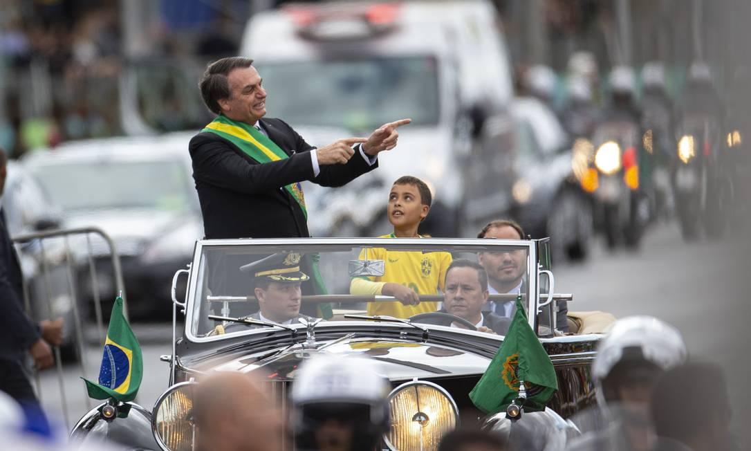 Ao desfilar em carro aberto, Presidente Jair Bolsonaro aponta para o público de Brasília que prestigia desfile de 7 de setembro Foto: Daniel Marenco / Agência O Globo