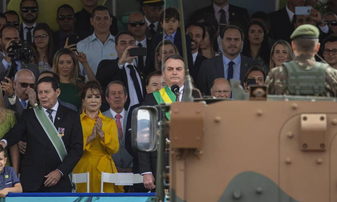Bolsonaro assistiu o desfile na tribuna presidencial, acompanhado da primeira-dama Michelle Bolsonaro, dos filhos, ministros e convidados Foto: Daniel Marenco / Agência O Globo