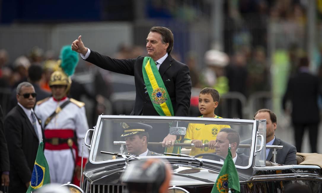 Presidente convidou um menino vestido com a camisa da seleção brasileira para desfilar com ele Foto: Daniel Marenco / Agência O Globo