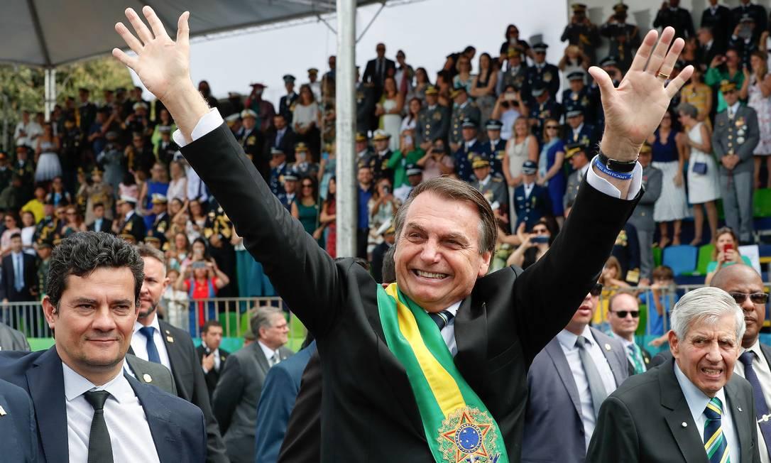 O presidente Jair Bolsonaro saudando as arquibancadas em Brasília Foto: Alan Santos / PR