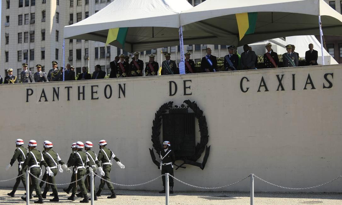 Tribuna montada no Pantheon em frente ao Comando Militar do Leste (CML) Foto: Brenno Carvalho / Agência O Globo