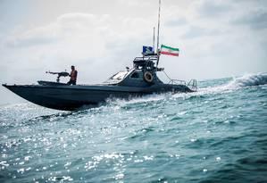 Barco da Guarda Revolucionária do Irã se desloca na costa; país vem apreendendo navios por 'contrabando de combustível' Foto: WANA NEWS AGENCY / VIA REUTERS