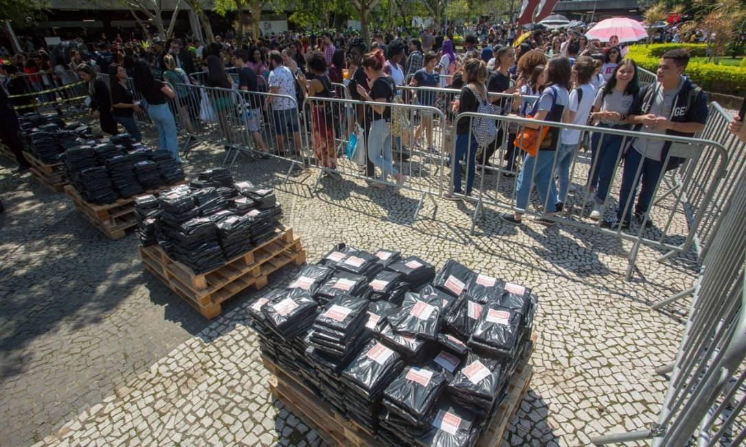 Fila para pegar os livros distribuídos pelo youtuber Felipe Neto Foto: Bruno Kaiuca / O Globo