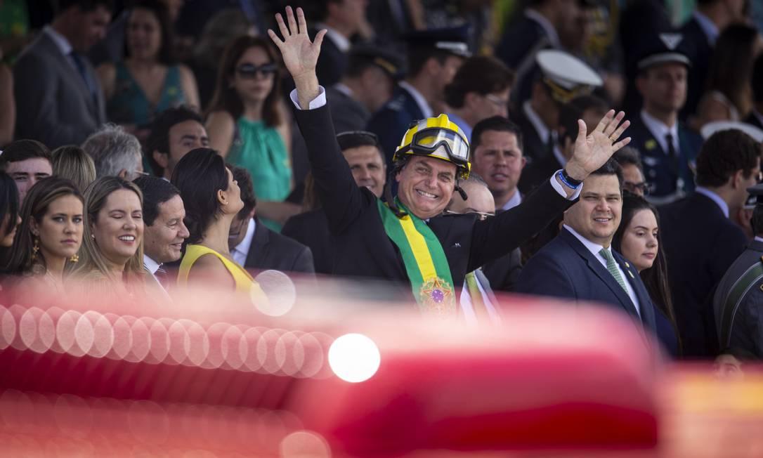O presidente Jair Bolsonaro acena para o público do desfile Foto: Daniel Marenco / Agência O Globo