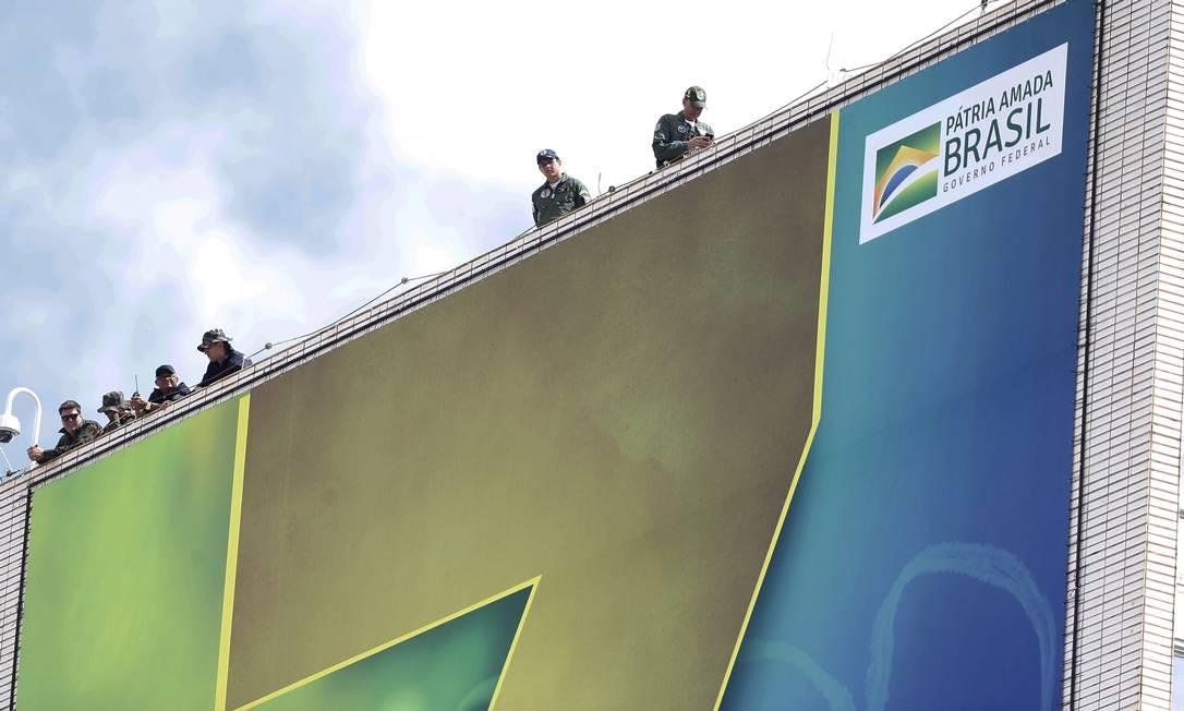 Agentes das Forças Armadas no alto de um prédio em Brasília Foto: Jorge William / Agência O Globo