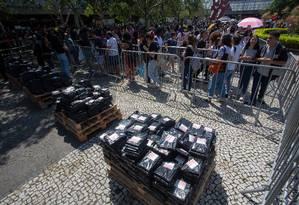 Fila para pegar os livros distribuídos pelo youtuber Felipe Neto Foto: Bruno Kaiuca / Agência O Globo