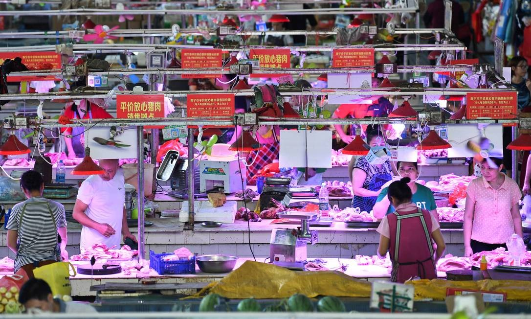 Pork vendors attend to customers at a market in Nanning, Guangxi Zhuang Autonomous Region, China September 3, 2019. Picture taken September 3, 2019. REUTERS/Stringer ATTENTION EDITORS - THIS IMAGE WAS PROVIDED BY A THIRD PARTY. CHINA OUT. Foto: CHINA STRINGER NETWORK / REUTERS