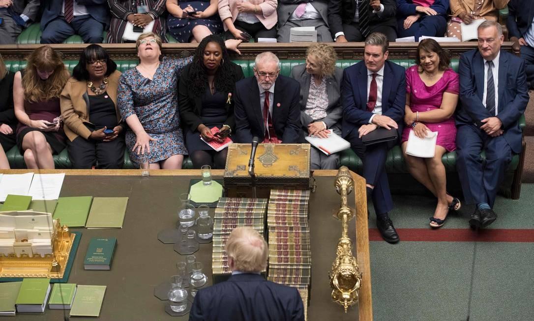 Deputados da bancada trabalhista, incluindo o líder opositor Jeremy Corbyn, reagem a um discurso de Boris Johnson: o primeiro-ministro do Brexit a qualquer custo tentou atar as mãos do Parlamento, mas acabou sendo amarrado por ele Foto: / JESSICA TAYLOR/AFP/4-9-2019