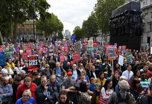 Manifestantes com bandeiras da UE e cartazes contra o governo do premier Boris Johnson em protesto neste sábado em Londres: enquanto os políticos lutam para decidir como e se o Reino Unido sai da União Europeia, casas de apostas não param de receber palpites sobre o processo Foto: DANIEL LEAL-OLIVAS/AFP/07-09-2019