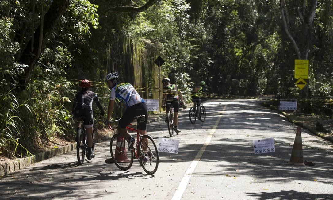 Bloqueio ignorado: turistas desrespeitam sinalização para acessar a via Foto: Márcia Foletto / Agência O Globo