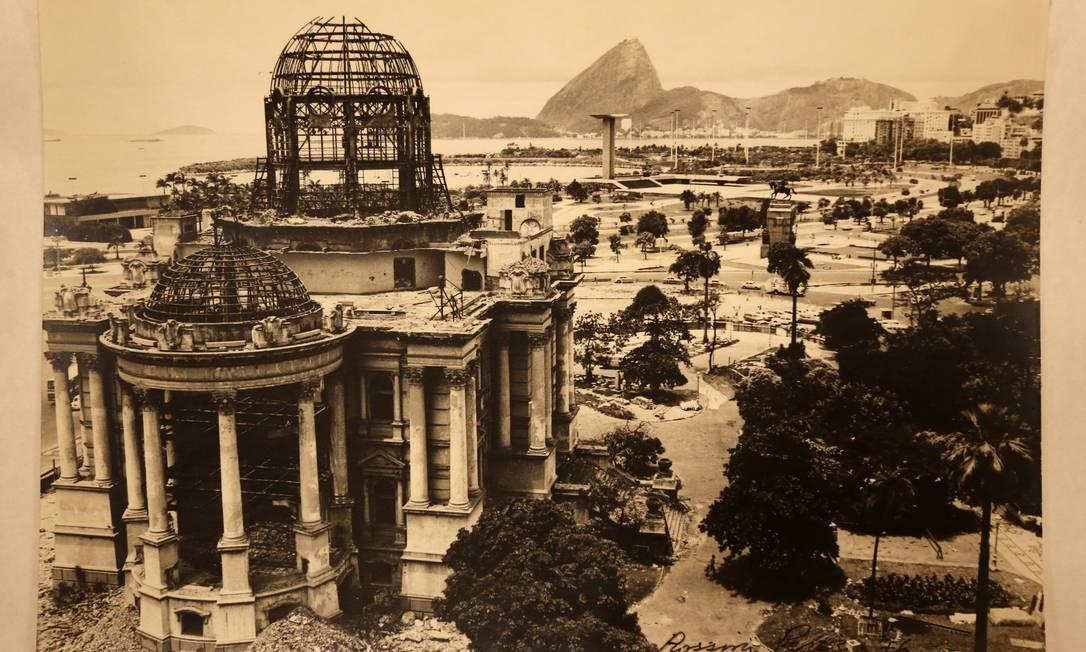 Demolição do Palácio Monroe, em 1976, por Rossini Perez Foto: Acervo Biblioteca Nacional / Agência O Globo